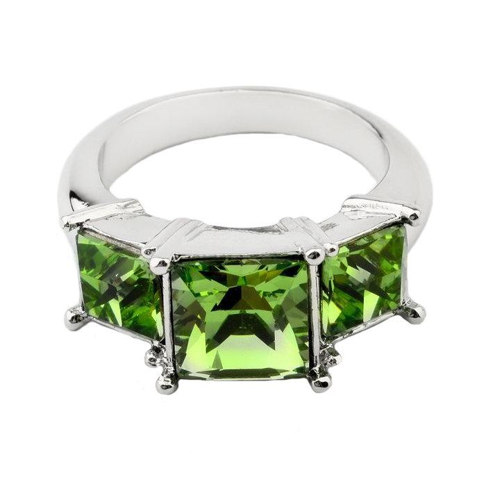 Кольцо с квадратным камнем зелёного цвета